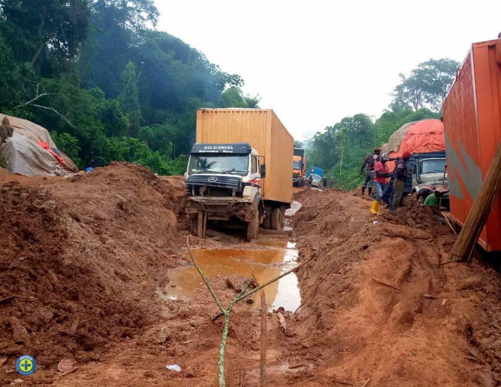 atelier de forage bloqué sur la route innondée